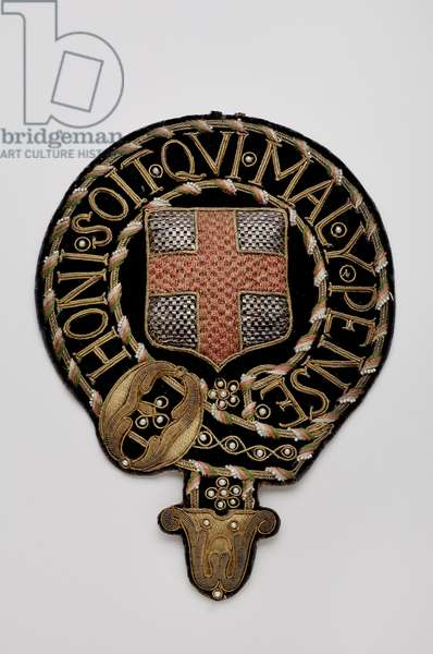 """United Kingdom - Order of the Garter: coat plate - Motto """"Honi est qui mal Thought"""" - Official model - beginning of the 19th century - Embroideries of gold, silver and silver blades, crantilla, pearls and silk velvet - Soul of large canvas and paper - H: 32,1 cm; w: 16,9 cm; weight: 70 g - Private collection"""