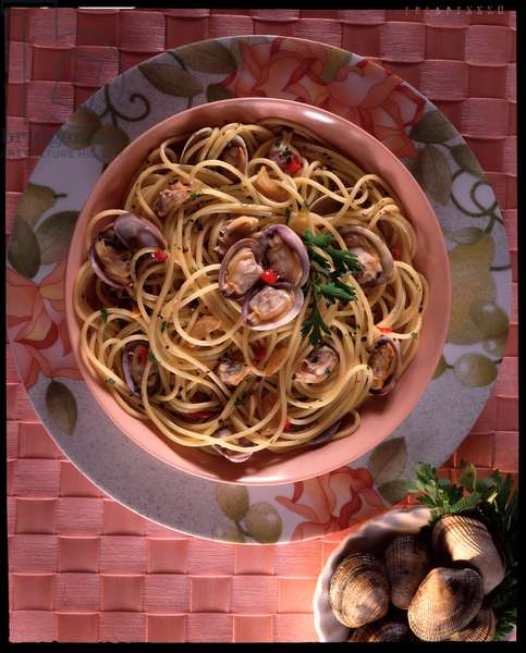 Diet: Italian specialite, still life plate of spaghetti with clams from the Campania region, Italy (Food still life: plate of italian spaghetti alle vongole)