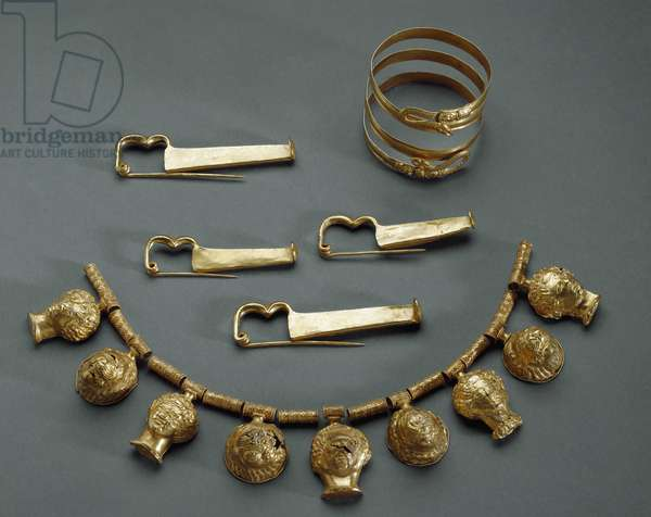 Fibulae, necklace, bracelet , from Roccagloriosa (SA), la Scala district, tomb 9