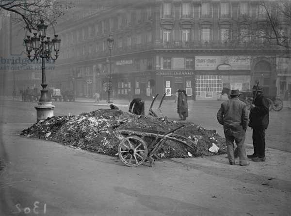 Pile of rubbish, Place du Theatre Francais, Paris, 1917 (b:w photo)