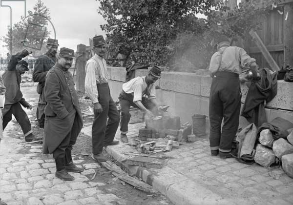 Soldiers of the Territorial Army making soup at a camp on Pont de l'Alma, Paris, 1914 (b/w photo)