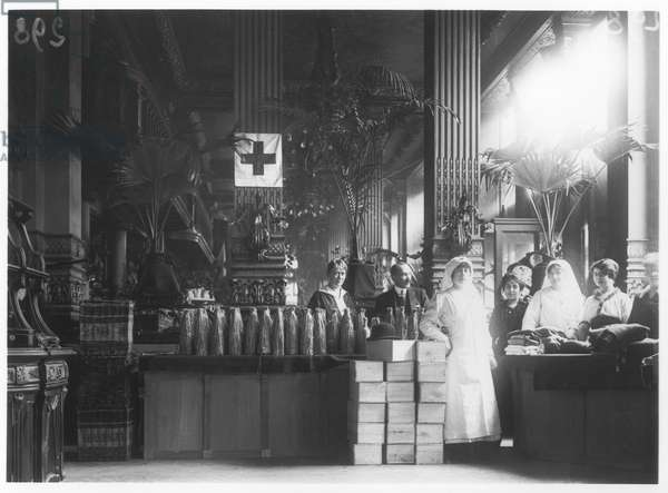 Charity sale for the war wounded, 1914 (b/w photo)