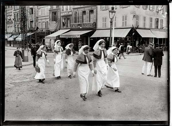English nurses in Paris, 1914 (b/w photo)