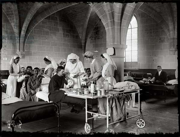 Nurses of the 'Scottish Women's Hospital' tending wounded soldiers, Royaumont Abbey, 1915 (b/w photo)