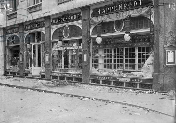 The H. Appenrodt Tea Room ransacked, Boulevard des Italiens, Paris, August 1914 (b/w photo)