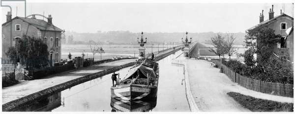 The Canal Bridge over the river Loire at Briare, Loiret, c.1900 (b/w photo)