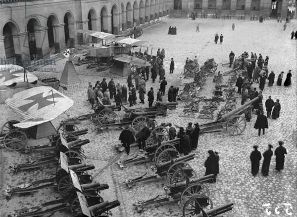 Cannons captured from the German in Champagne, exhibited in the courtyard of the Hotel des Invalides, Paris, 1915 (b/w photo)