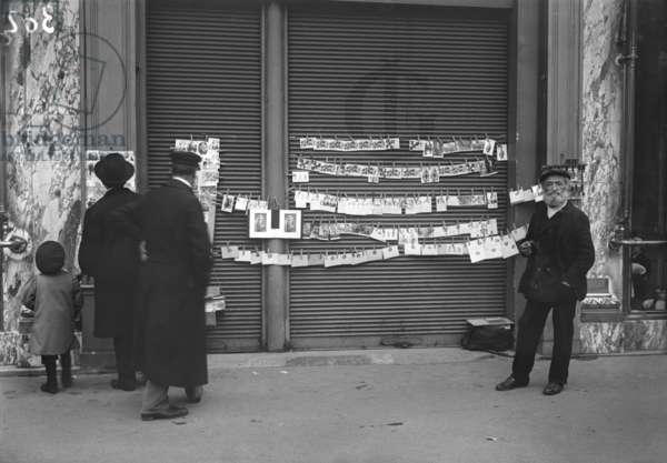 Selling postcards, Paris, 1914 (b/w photo)