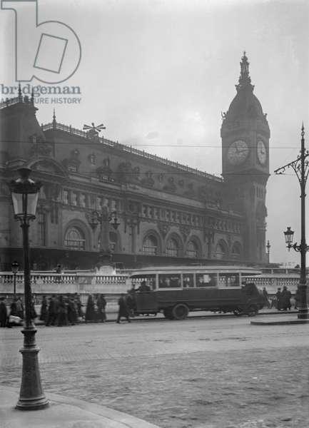 A siren on top of Gare de Lyon, 1918 (b/w photo)