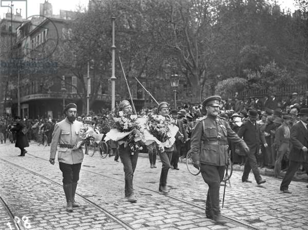 Russian troops parading in Marseille, 1916 (b/w photo)