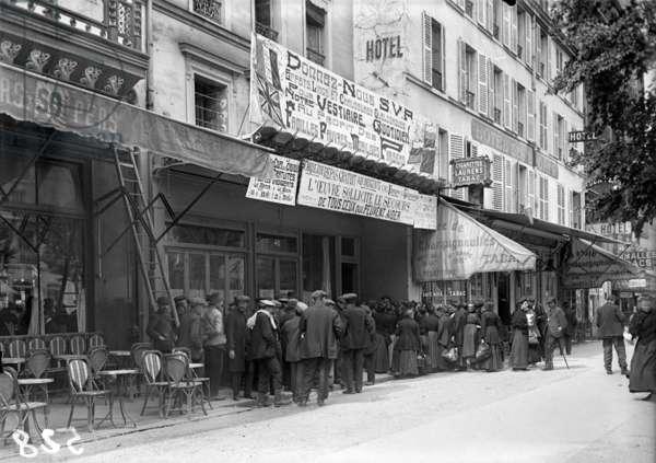 Free meals, Avenue de la Motte-Picquet, Paris, 1915 (b/w photo)