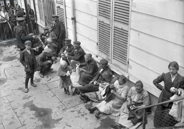 Refugees camping out in the street, Paris, 1914 (b/w photo)