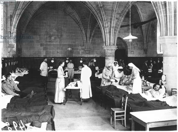 Nurses of the Scottish Women's Hospital tending wounded soldiers in the Abbey of Royaumont, 1915 (b/w photo)