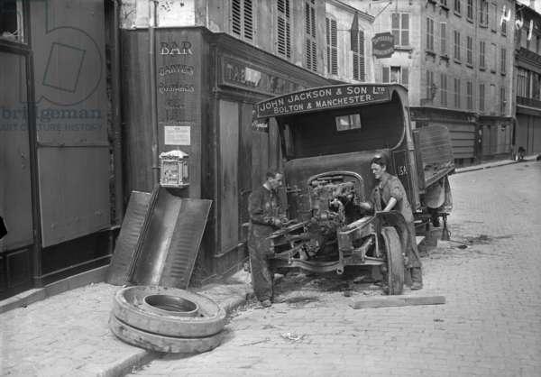 Repairing a British lorry, Meaux, 1914 (b/w photo)