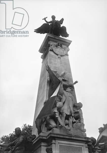 The League of Patriots putting a French flag in Gambetta's hand, Monument to Leon Gambetta, Louvre, cour Napoleon, Paris, 1914 (b/w photo)
