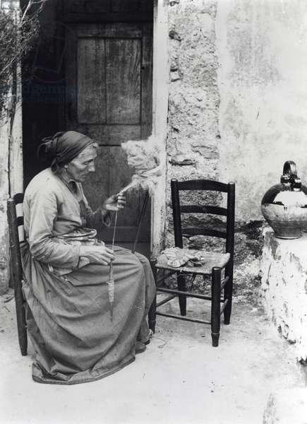 Fileuse Corse (b/w photo, vers 1900)