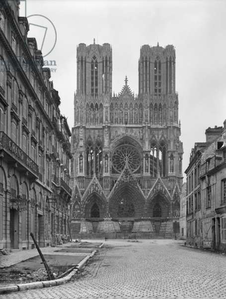 Reims Cathedral, 1918 (b/w photo)