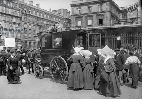 Sisters of St. Vincent de Paul leaving, Gare de l'Est, Paris, 1914 (b/w photo)
