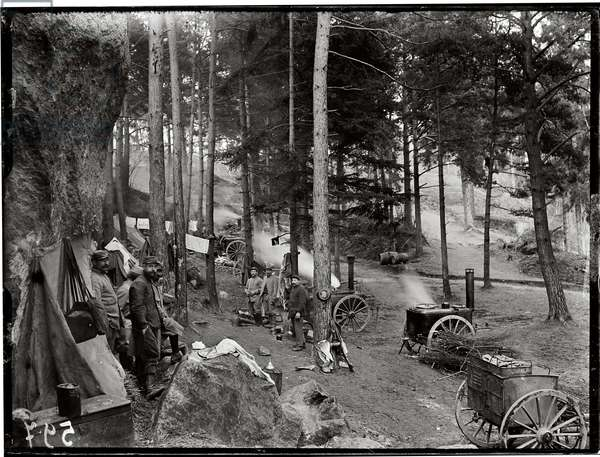 Shelters and kitchens near Tracy Le Val, c.1915 (b/w photo)