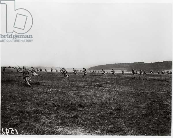Soldiers attacking with bayonets in the Champagne region, 1915 (b/w photo)