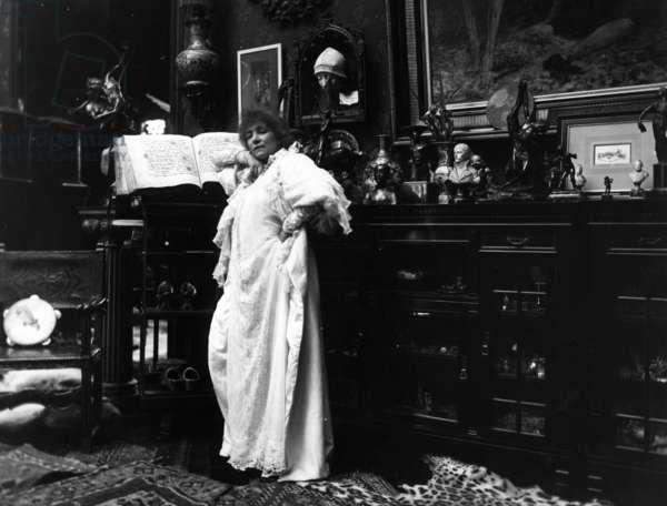 Sarah Bernhardt (b/w photo)