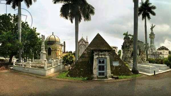The pyramid 1920, in Christopher Columbus cemetery, Havana. Photograph by Leonard de Selva, Cuba, 2001.