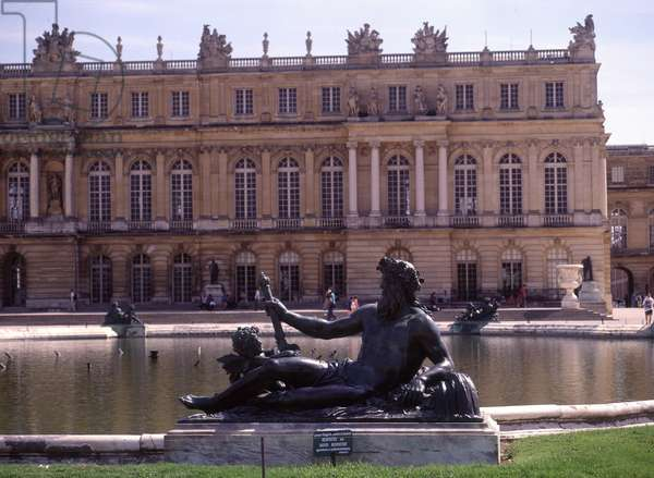 View of the castle of Versailles. (78).