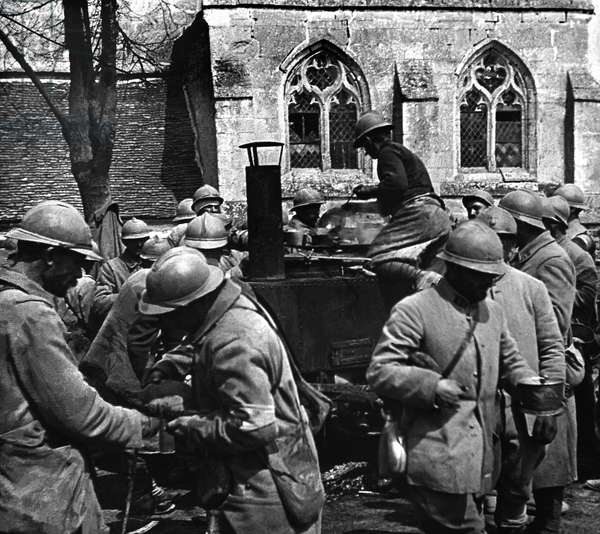 Distribution of soup amongst soldiers, during the First World War, Craonne, c.1914-18 (b/w photo)