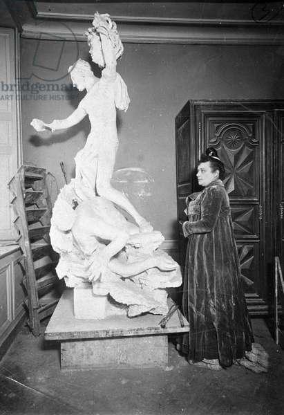 Camille Claudel (1864 - 1943) in his studio, working for his work Perseue et la Gorgonne, 1902. Marguerite Durand, Paris.