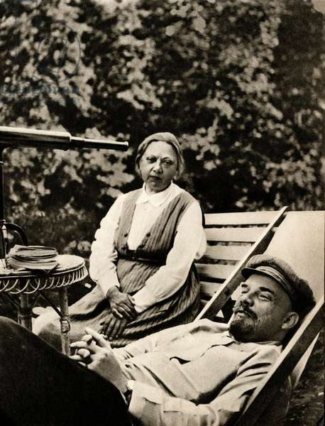 Lenin (Vladimir Ilyich Ulyanov said, 1870-1924) and his wife Nadezhda Krupskaia (1869-1939) in front of a telescope in Gorki, August September 1922 -