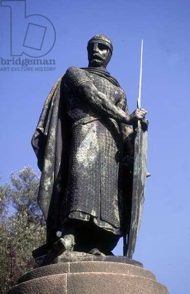 Statue of King Afonso I, Guimaraes, Portugal (photo)