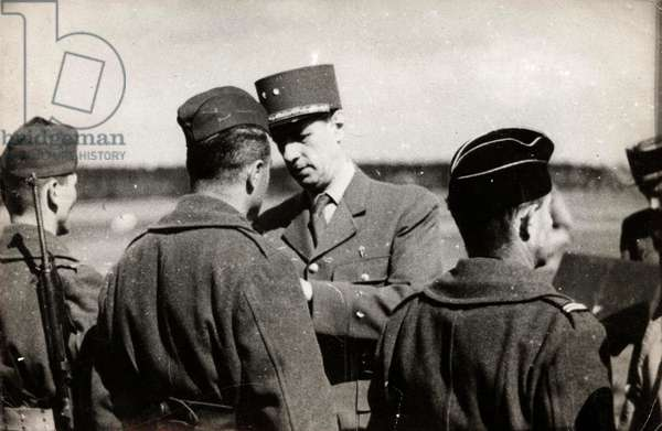 During his visit to the French troops fighting on German soil, General Charles de Gaulle (1890-1970) decorated many soldiers - Photography 10/04/1945