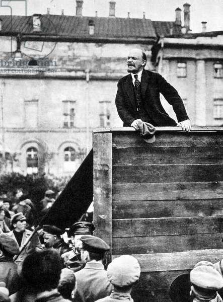 Lenin haranged the crowd