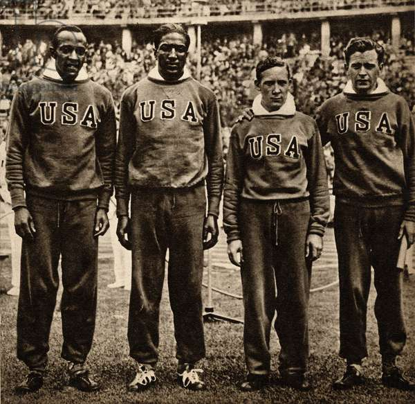"""The American team of the 1936 Olympic Games in Berlin, winner of the 400 metres, Jesse Owens (1913-1980), Ralph Metcalfe (1910-1978), Foy Draper (1911-1943) and Frank Wykoff (1909-1980) - Photography in """""""" die Woche"""""""""""" numero special for summer 1936 - Selva Collection"""