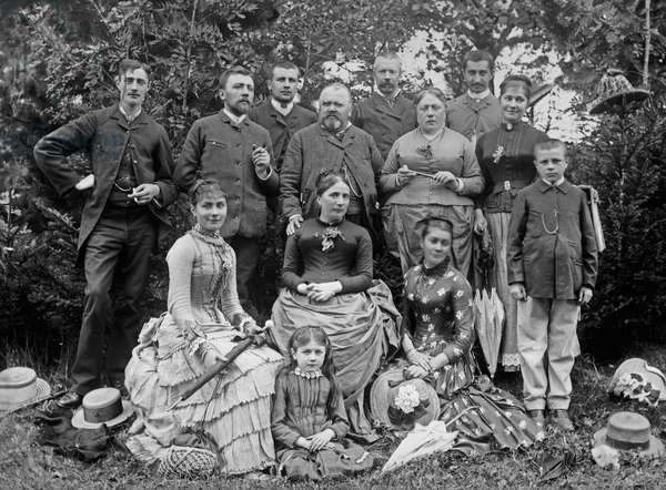 Family gathering for the weekly outing of a family from the village of Bourmont in Haute-Marne (Haute Marne), circa 1880. Photography. Ducos Collection.