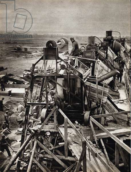 """The construction of the Atlantic Wall on the French coast, German fixed defense system to protect itself from an allied barkship - Photography in """""""" die Woche"""""""" 16/06/1943 - Reserved Rights - Selva Collection"""
