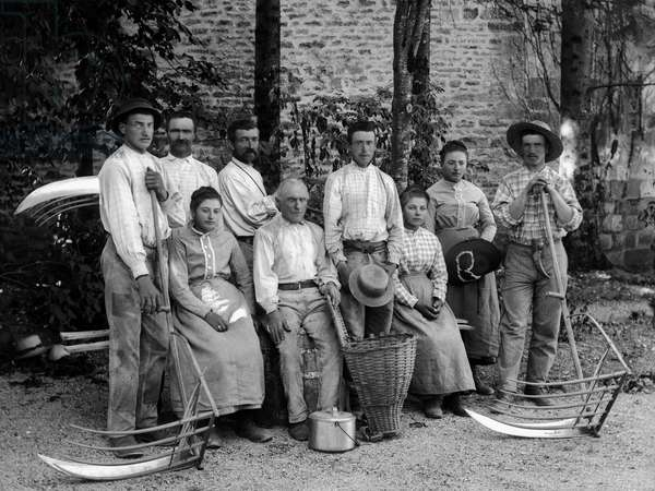 Agricultural workers and their tools, fake, rateau-ertrier (rake ertrier), braid basket and recipient for the collection, in a farm near Bourmont in Haute-Marne (Haute Marne), circa 1880. Photography. Ducos Collection.