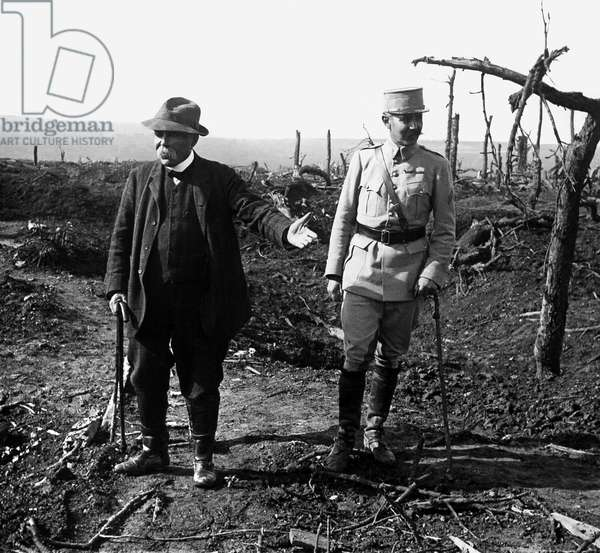 """First World War, visit of George Clemenceau, President of the Council in 1917, accompanied his son in the trenches of the """"Poilus"""". Photography, 1914-1918, Paris."""