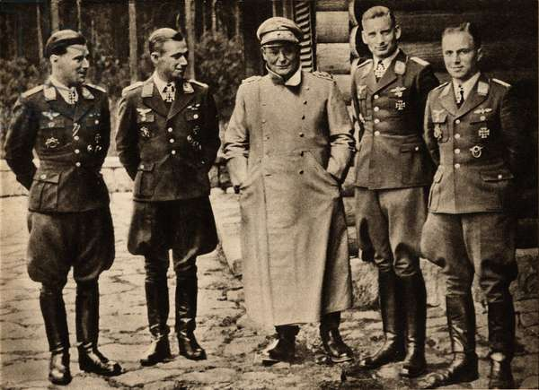 """The Reichmarschall Hermann Goring (Goering) (1893-1946), surrounds the best nachtjager pilots (fighter aircraft) from left to right: Captain Lippe-Weissenfeld (Lippe Weissenfeld), Major Lent, Major Hermann and Captain Maurer - Photography in """""""" die Woche"""""""""""" 15/09/1943 - Selva Collection"""