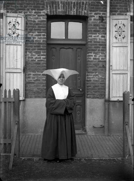 France, Nord-Pas-de-Calais, Nord (59), Bruay en Artois: A good sister before a coron, 1920