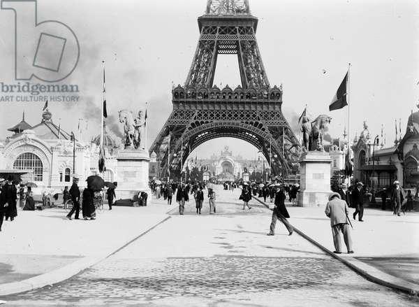 France, Ile-de-France, Paris (75): universal exhibition, the Eiffel Tower, animated view, 1900