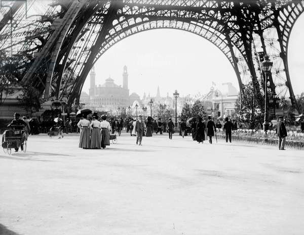 France, Ile-de-France, Paris (75): Universal exhibition, feet of the Eiffel Tower and Trocadero, 1900