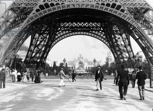 France, Ile-de-France, Paris (75): World exhibition, under the Eiffel Tower, 1900