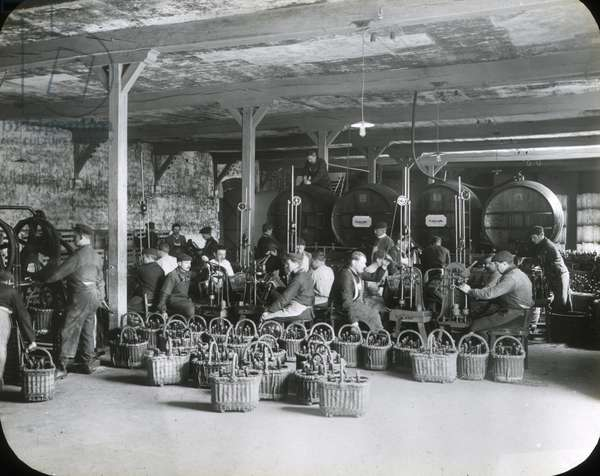 France, Champagne-Ardenne, Marne (51), Reims: Factory of manufacture of Champagne Saint Marceaux and company, bottling, 1890 - photo by Rothier