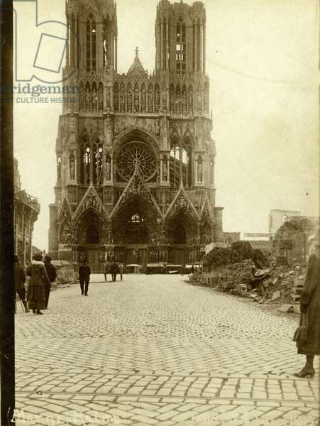 France, Champagne-Ardennes, Marne (51), Reims: cathedrale in ruins after the First World War, 1919 - On the right, sign: YMCA