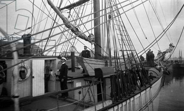 "France, Brittany, Ille-et-Vilaine (35), Saint Malo: The famous 3-mats sailboat """" Why pas"""" by Jean Baptiste Charcot (1867-1936) with Commander Charcot on deck, the start - Curious await its passage at the lock, 1907"