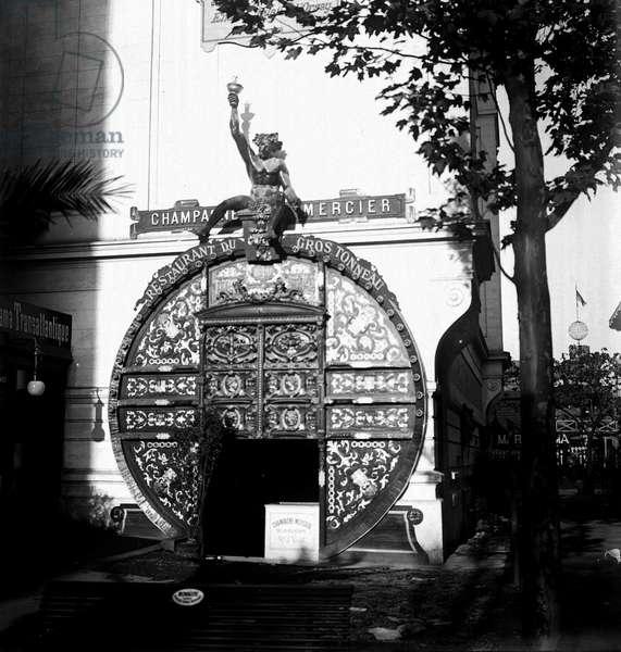 France, Ile-de-France, Paris (75): World exhibition, Pavillon du Champagne Mercier, restaurant du gros tonneau, entrance door, 1900 - shops: restaurant de gros tonneau, champagne mercier