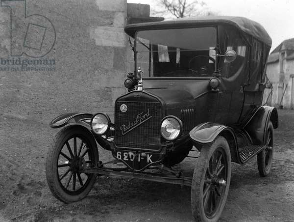 France: decapotable car with full tires, automobile Ford reduct in a farm yard, 1907 - Ford reduct registration: 6201-K