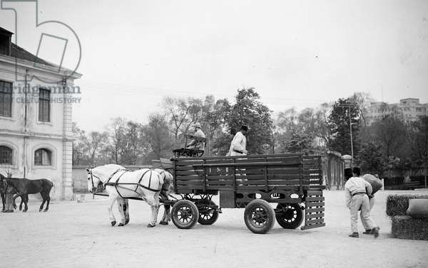 France, Ile-de-France, Paris (75): Dunlop tyre tests on a horse cart in the yard of a barracks, 1935