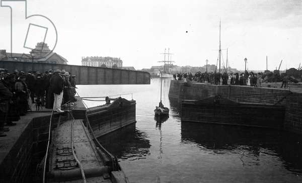 "France, Brittany, Ille-et-Vilaine (35), Saint Malo: The famous 3-mats sailboat """" Why pas"""" by Jean Baptiste Charcot (1867-1936), the start - Curious await its passage at the level of the lock, 1907"
